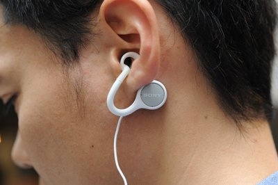 耳の穴の部分がぽっかり空いている、不思議なデザインのイヤホン。音楽を聞いていても、外の音がしっかり聞こえる