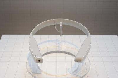 ネックバンド型のプロトタイプ。先ほどのイヤホンは、このネックバンドとセットで使う想定で設計されている