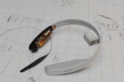 ネックバンドとしての耐久性を考慮し、基盤は積層して本体前方に内蔵