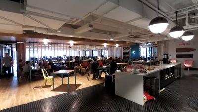 共用のミーティングスペース。写真内、左奥が共用デスクのスペース