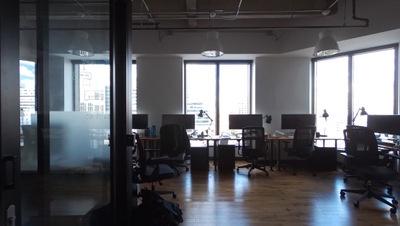 窓際のプライベートオフィス