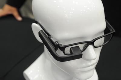 メガネに取り付けるウエアラブルディスプレイ「VUFINE」