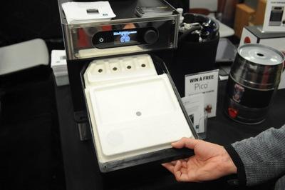 マシンに原材料一式が入った「PicoPak」をセット