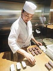 和菓子店「叶 匠壽庵」では、職人・江口綾氏の菓子作りが見られる