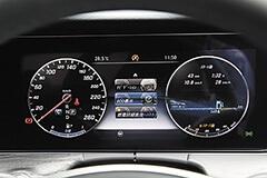 運転席正面のモニターには計器類の他、ナビや燃費などの情報も表示できる