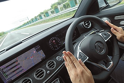 高速道路での自動運転機能をオンにすると、ハンドルに軽く手を添えるだけで車線を維持する