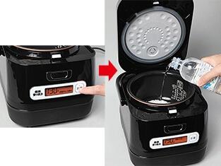 米を入れ、計量ボタンを押すと最適な水の量が表示されるので、「OK」の表示に変わるまで水を入れる。5cc刻みなので、最後の微調整がやや難しい