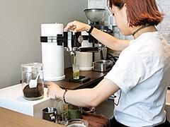 カウンター近くに、緑茶と紅茶のマシンを設置