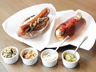 ホットドッグに使われるソーセージは大きくてジューシー。フレンチ、ジャーマニーなど10種から選べる