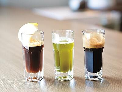 3種のエスプレッソ。紅茶にはレモンが付き、搾ると爽やかな風味に。緑茶に合う和三盆の砂糖も用意