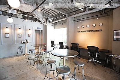 スタイリッシュな内装の店内。面積の割に椅子の数は少なく、広々と感じる
