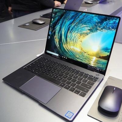 近年のファーウェイはパソコンにも力を入れており、MWC 2018では13.9型のノートパソコン「MateBook X Pro」を発表した。写真は「Mobile World Congress 2018」のファーウェイブースより