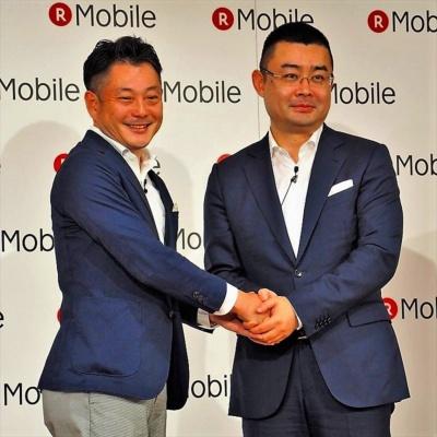 説明会ではファーウェイのデバイス 日本・韓国リージョン プレジデントである呉波氏(右)が登壇し、両社の良好な関係を印象付けていた。写真は6月14日の楽天モバイル夏商戦戦略説明会より