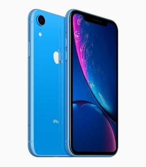 液晶ディスプレーを採用、カメラをシングルにして低価格化を図った「iPhone XR」。6色のカラーバリエーションが用意されているのも大きな特徴だ