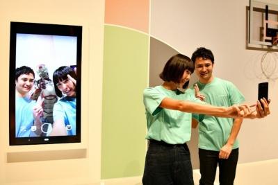 被写体の表情に応じてARキャラクターのポーズや表情が変化する「PlayGround」など、AI技術を取り入れたカメラ機能が面白い。写真は10月10日の新製品記者発表会より