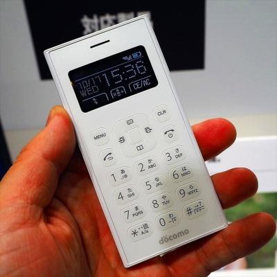 月額500円(税別)の「ワンナンバーサービス」対象モデルの「ワンナンバーフォン」。eSIM(イーシム、埋め込み型契約者認識モジュール)を内蔵していることもポイントの1つだ。写真は10月17日のNTTドコモ新商品発表会より