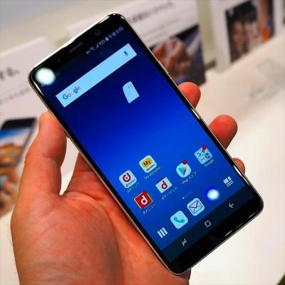 「docomo with」対象オリジナル端末の1つ「Galaxy Feel2」。サムスン電子のグローバルモデル「Galaxy A8」を日本向けにカスタマイズしたモデルだ。写真は10月17日のNTTドコモ新商品発表会より