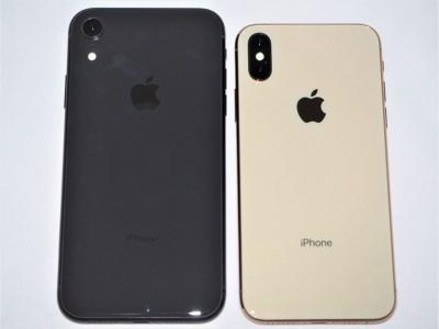 iPhone XS(左)とXRの背面。XRのディスプレーは6.1型とiPhone XSより大きいが、素材は低コストな液晶。カメラは1つだけなので、背景をぼかした撮影はソフトウエア加工によって実現している