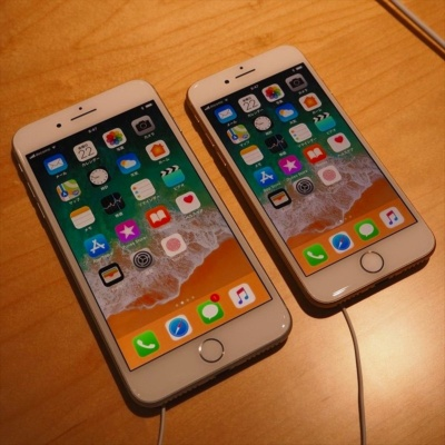 iPhoneはもともとの性能が高いだけに、2017年秋に発売された「iPhone 8」などでも新モデルのライバルになり得る。写真は2017年9月22日の「NTTドコモ・iPhone 8、iPhone 8 Plus、Apple Watch Series 3発売記念セレモニー」より
