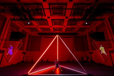 東京の会場にいるのは1人だけだが、他の2人のパフォーマンスも会場の映像で確認できた (c)docomo FUTURE-EXPERIMENT VOL.01 距離をなくせ。