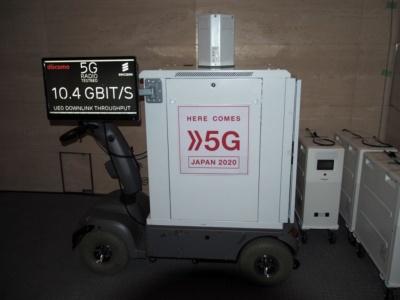 十数メートル離れた位置で基地局からの電波を受信していた5Gの移動機。通信速度は常時10Gbps前後を保っていたようだ。写真は11月8日の「FUTURE-EXPERIMENT VOL.01 距離をなくせ。」より