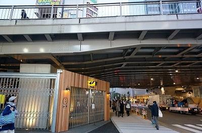 2016年12月9日、新宿駅の甲州街道高架下にオープンした「サナギ 新宿」。新宿駅東南口から徒歩1分。11時~23時半。不定休。席数は約200