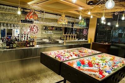 入り口を入ってすぐの「ネオ東京BAR / RECEPTION BAR」では、クラフトビールやカップ酒をスタンディングで楽しめる