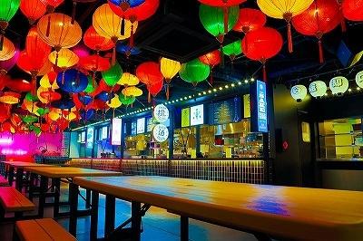 「百花繚乱ランタン横丁 / YATAI-MURA」は、「アジア・日本の屋台村」をテーマに、個性的な4つのフードショップが立ち並ぶ、約200席のカフェ&フードホール。ヌードルや寿司、おでんなど、バリエーション豊富なアジアンフュージョンの個性的な料理が楽しめる