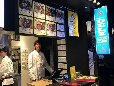 ロティサリー&サテ屋台「炎のGai Yaang」は、専用のロースターでじっくり焼き上げた回転鶏ガイヤーン(タイ風ローストチキン)やサテ(アジアン串焼き)の店