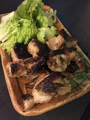 人気ナンバーワンのつまみという「鶏もも肉の山椒焼き」(690円)