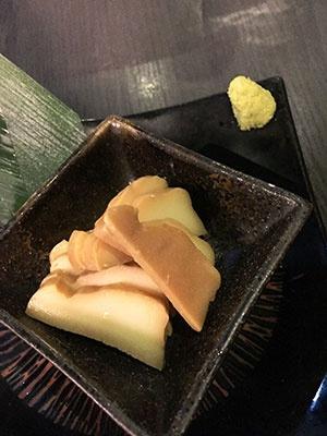 「モッツァレラチーズの醤油漬け」(490円)。濃い風味の伝統的な日本酒にはチーズが意外に合うという