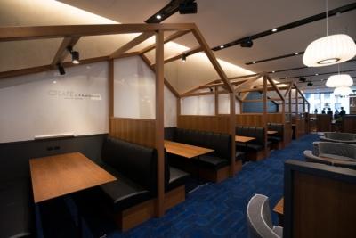 「Q CAFE」の時間課金制ワークスペース(約50席)。全席電源付きで、2人掛けの席の壁はホワイトボードになっている
