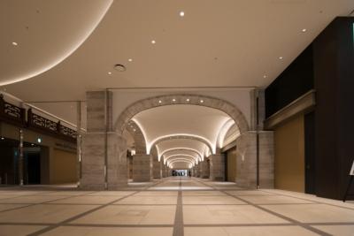 日比谷アーケードの天井部分はかつて日比谷の象徴だった「三信ビルディング」の一部部材を活用し、モダンなデザインで再構築している