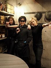 スパイのコスプレで気分を盛り上げて挑戦したい。記者発表会でスパイ姿でポーズを決めてくれた女性2人は、「ふ~ふ」というコンビ名の芸人だ(左:内田彩菜、右:柴田楓)