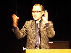 「in SPY re」の内容や、従来のゲームとの違いを解説する総合プロデューサーの人見渉氏