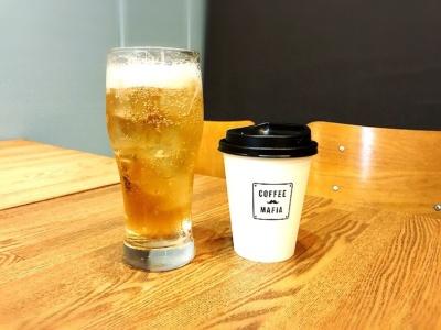 バルタイムはアルコール類も提供する。「キンミヤコーヒーハイボール」(写真左、380円)はさっぱりした飲み口で食事と相性がよさそう。ハンドドリップのコーヒー(写真右)は240円だが、月額3000円を払うと1来店につきドリング1杯無料になる