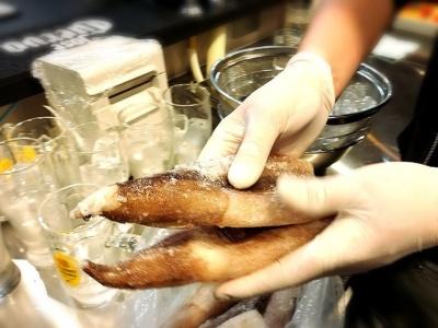 霜だらけの冷凍イカを丸ごと揚げても油はねはほとんどなかった