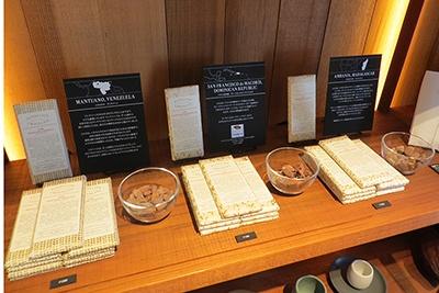 オープン時には3種類のチョコレート(各1200円)を販売。それぞれドミニカ産、マダガスカル産、ベネズエラ産のカカオ豆を使用(豆の比率はいずれも70%)