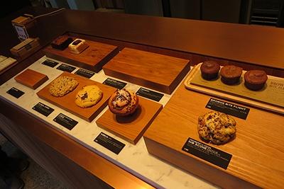 スイーツは3種類のチョコレートを使ったブラウニー(630円)や、カカオの実を焼いて砕いたカカオニブを使ったスコーン(380円)など