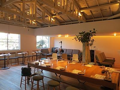 2階のカフェスペースは広々として天井が高いので開放感がある