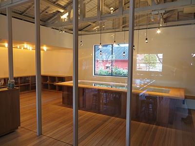 カフェスペースの隣にはワークショップスペースも。チョコレート作りを体験できるイベントなどを予定しているという