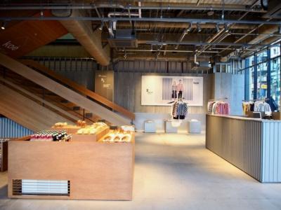 店舗全体のクリエイティブディレクション、設計、インテリアデザインはサポーズデザインオフィスが担当。1階フロアは大階段を中心に飲食、イベントスペース、ホテルレセプションを配置した