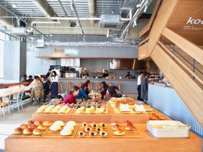 ベーカリー&ダイニング「ホテルロビー」は代官山のフレンチレストラン「アタ」の掛川哲司シェフがプロデュース。さまざまな人が集まる渋谷の町に合わせ、ベーカリー、カフェ、洋食店、居酒屋、ラーメン店をイメージしたカオスなメニューを用意