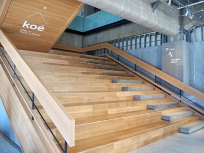 1階フロアでひときわ目を引く大階段は、街と店舗が融合するための象徴的な存在。公園の階段のように自由に使える