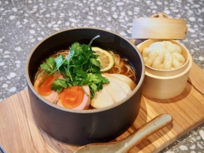 シェフおすすめのラーメンランチは、点心とドリンク付きで1000円。ラーメンは、ブイヨンベースのスープにパクチーやピンク色のゆで卵をトッピング