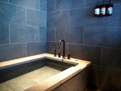 Sタイプを除く全室に装備されているストーン使いのおしゃれな浴槽。日本ではあまりみかけない浴槽のシャワーもスタイリッシュ
