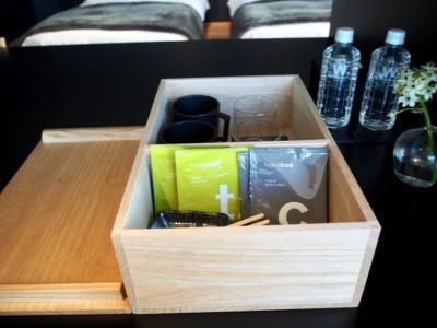 コンセプトの茶室にちなんで用意されたお茶箱の中には無農薬日本茶のボトルドティーと茶葉を提供するメーカー「ザ ティー カンパニー」とコラボしたティーバッグも