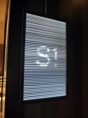 客室までの通路では米国ニューヨークをベースに活動するPARTY NEW YORKのデジタルアートを楽しめる。人が接近するとセンサーが感知し、ルームナンバーが表示される仕掛け