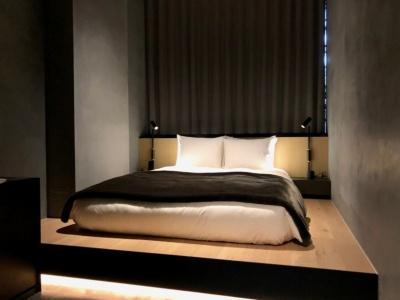 筆者が宿泊した「S6」の室内は18平方メートル。ダブルベッドは日本ベッドのマットレスを使用。ベッドスロー、バスローブ、パジャマはコエオリジナル