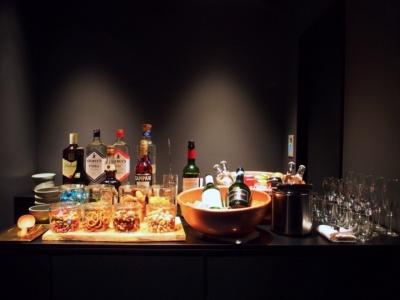 ラウンジでは21時まで無料でソフトドリンクやワイン、ビール、スナックを提供